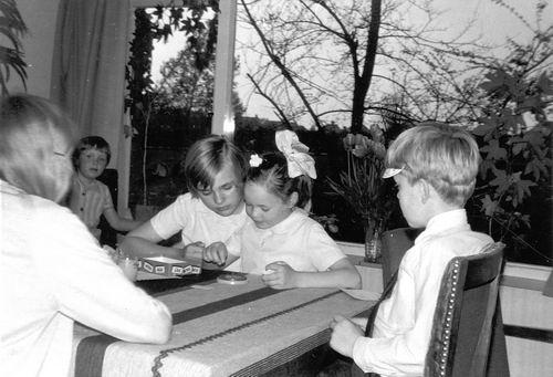 Calvelage Rika 1923 19__ Kinderen vd Veek spelen Pim Pam Pet