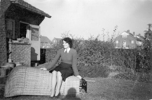 <b>ZOEKPLAATJE:</b>Calvelage Pijpers Onbekend 06 Vrouw in Tuin op Strandstoel