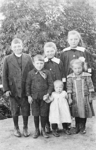 <b>ZOEKPLAATJE:</b>Calvelage Pijpers Onbekend 27 Kinderen in Tuin