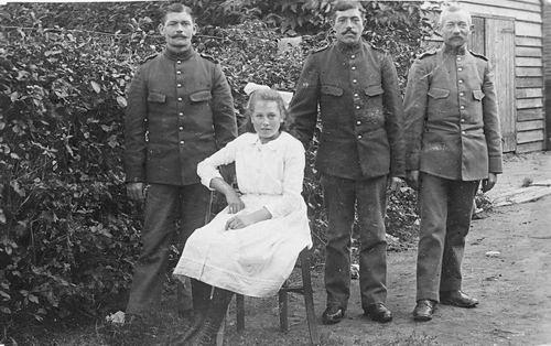 <b>ZOEKPLAATJE:</b>Calvelage Pijpers Onbekend 39 Soldaten met Meisje.jpg