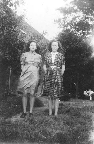 Calvelage Rika 1923 1944 met zus Marie