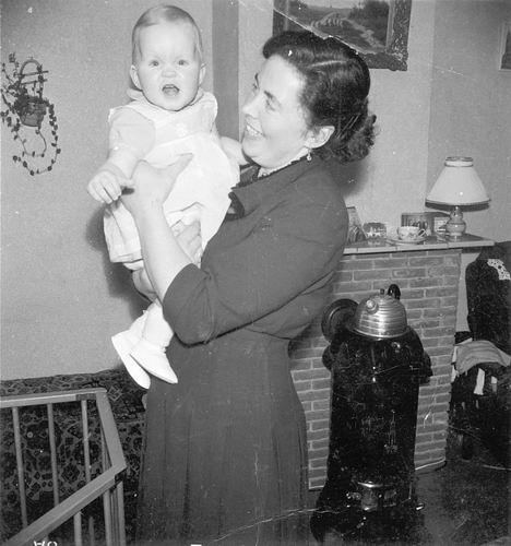 <b>ZOEKPLAATJE:</b>Calvelage Rika 1923 19__ met Onbekende Baby