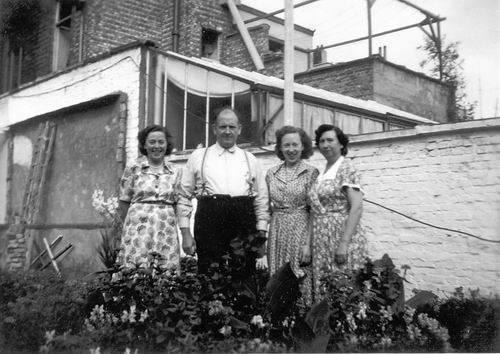<b>ZOEKPLAATJE:</b>Calvelage Rika 1923 19__ met zus Marie op Visite bij Onbekend 01
