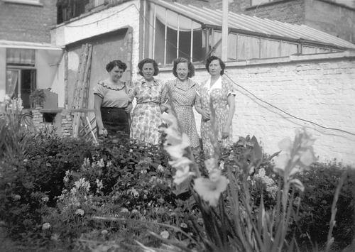 <b>ZOEKPLAATJE:</b>Calvelage Rika 1923 19__ met zus Marie op Visite bij Onbekend 02