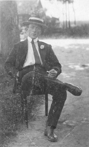 Calvelage Tinus 1892 19__ Buiten op Stoel