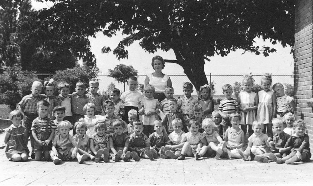 <b>ZOEKPLAATJE:</b>Christelijke Kleuterschool Hoofddorp 1959 met Dirk Poortvliet