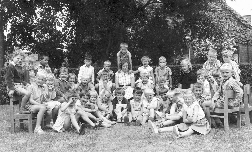 <b>ZOEKPLAATJE:</b>Christelijke Kleuterschool Hoofddorp 1960 met Dirk Poortvliet