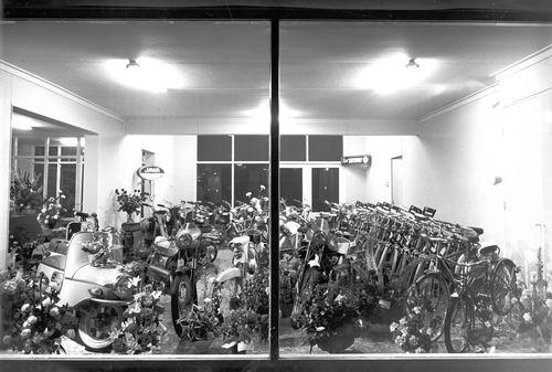 Concourslaan N 0010 1963 Opening Rijwiel en Brommerhandel 02