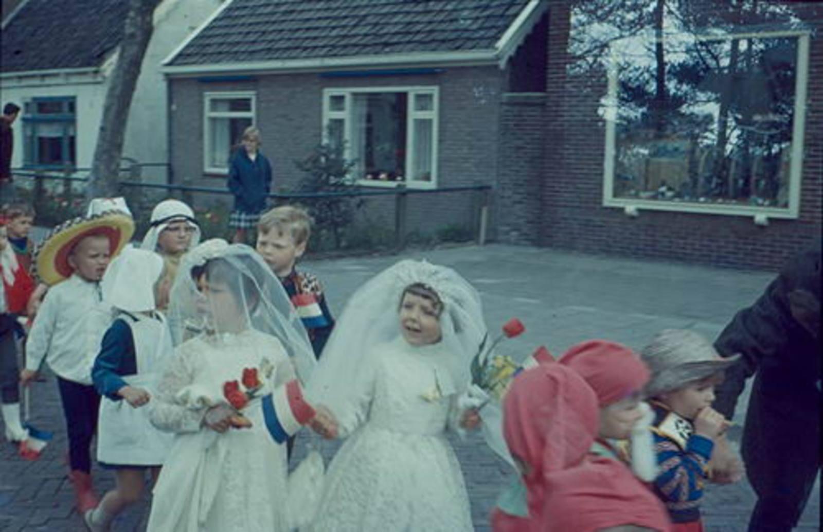 Concourslaan N 0020 1967± met optocht Koninginnedag