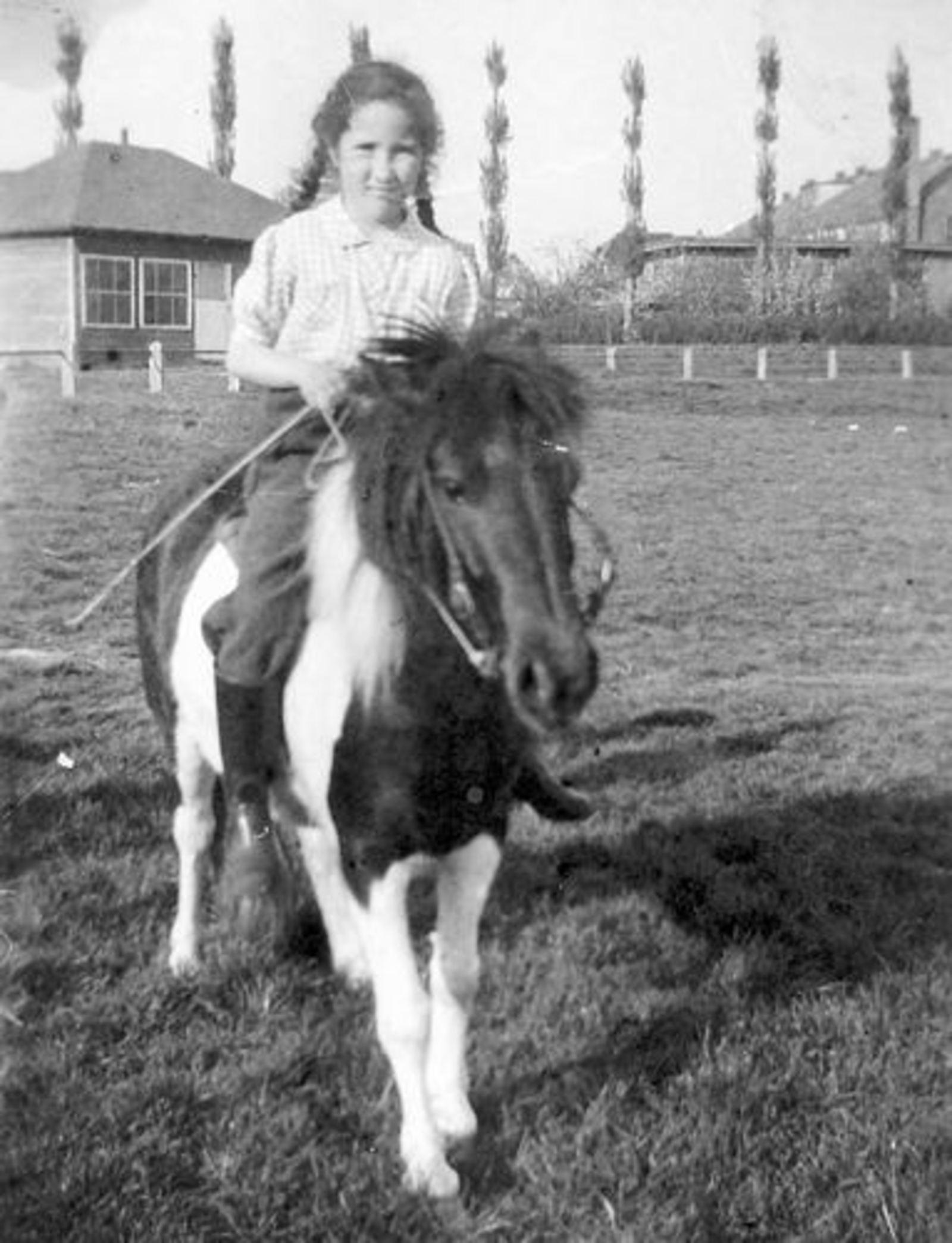 Concourslaan Z 0080+ 19__ Onbekend Meisje op Pony bij Clubhuis IJsclub