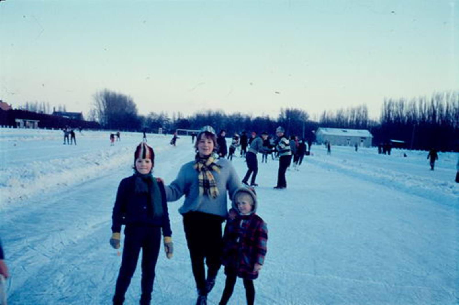 Concourslaan Z 0080+ IJsbaan 1962ongeveer met kinderen Mannessen 01