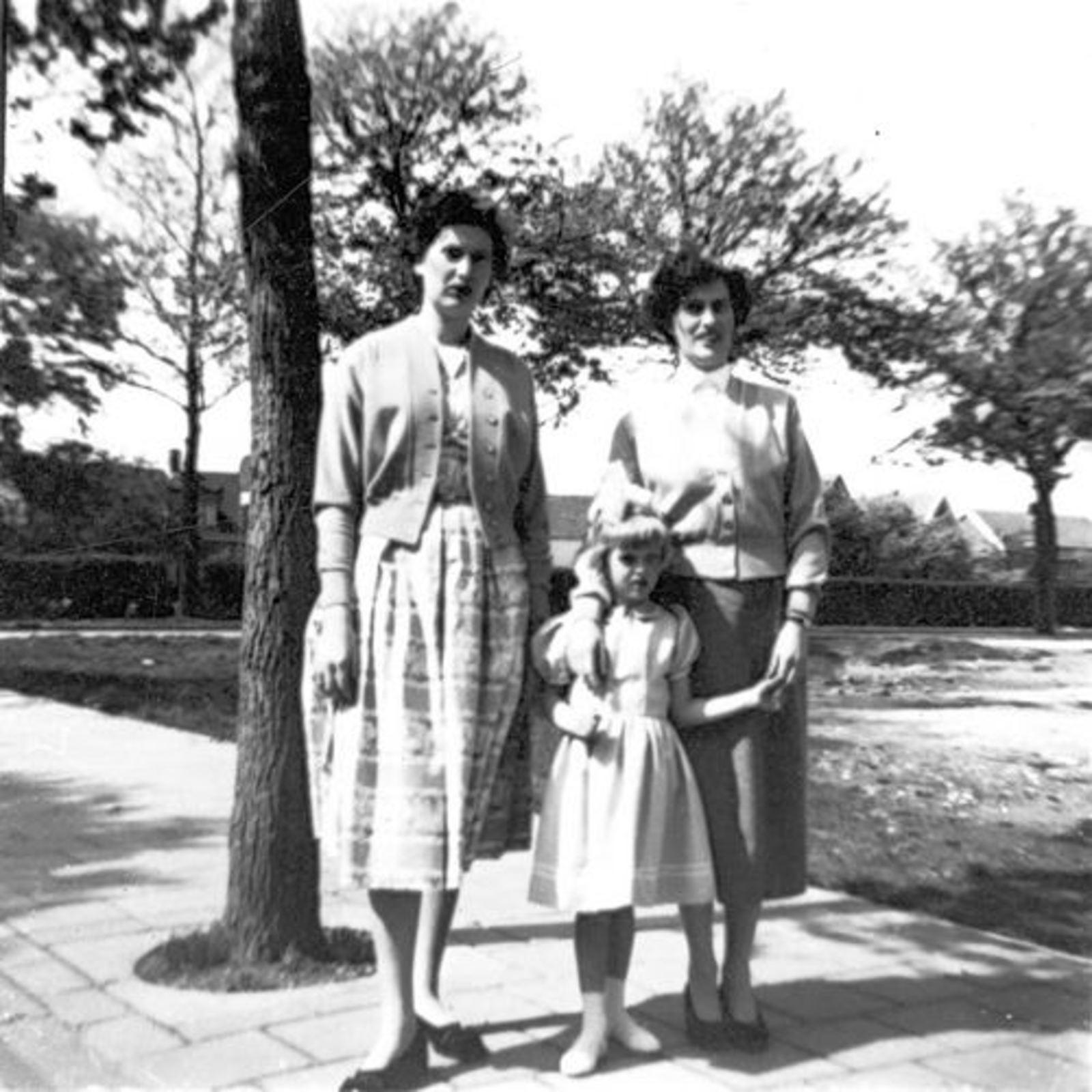 Dam Johanna M 1935 19__ met zus Marijtje in Stationsweg