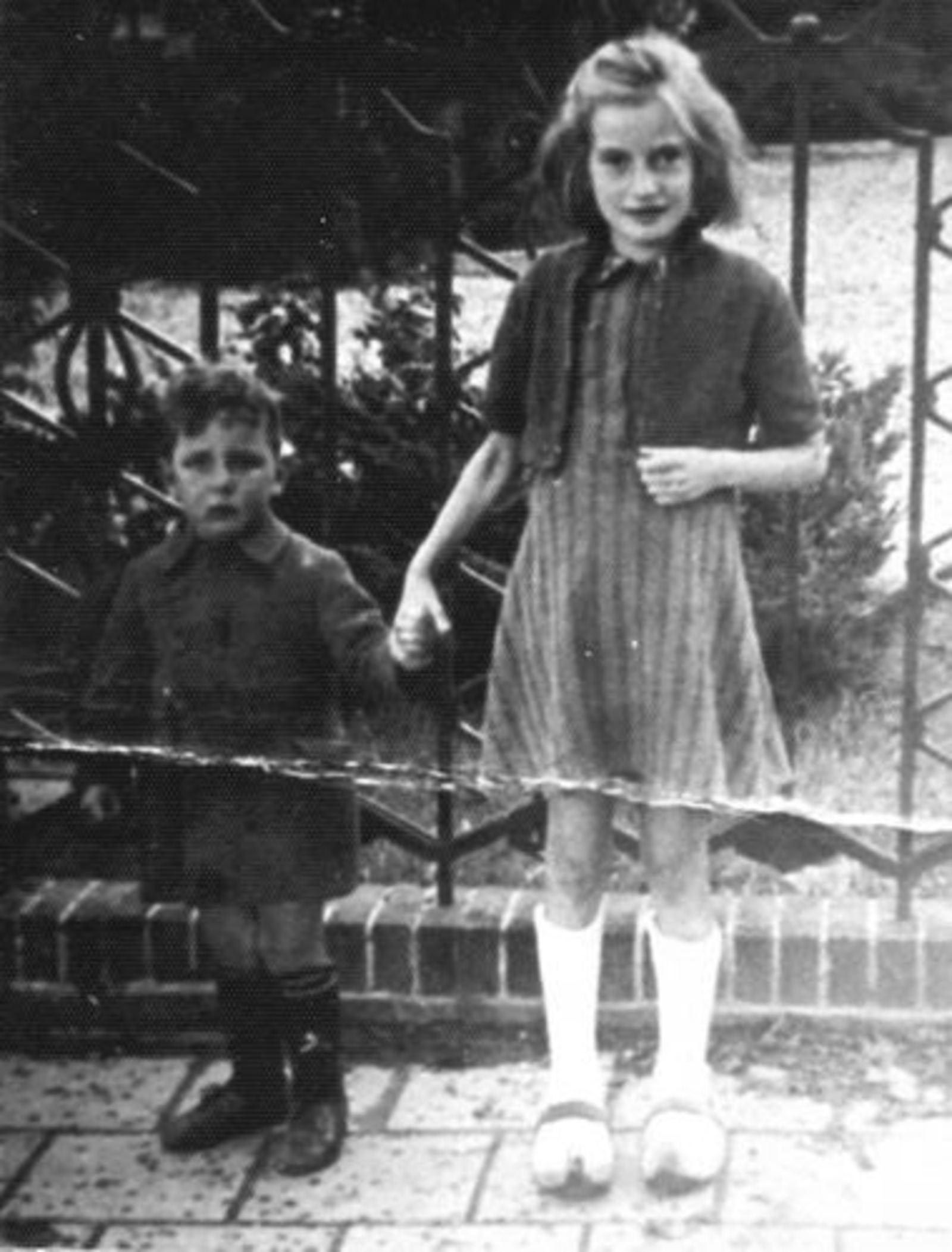 Dam Marijtje J 1930 1937± met broertje Cor