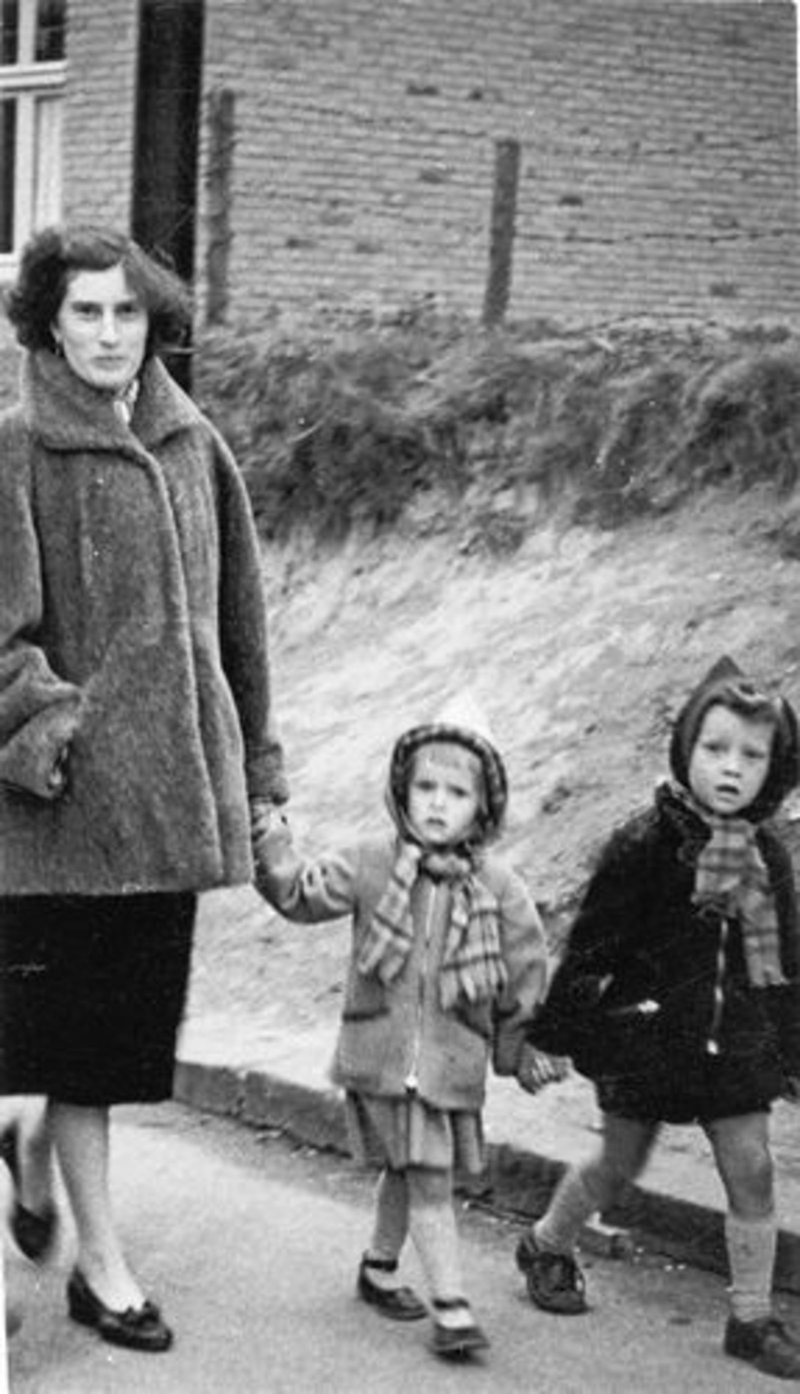 Dam Marijtje J 1930 19__ aan de wandel met Kinderen Beerendonk