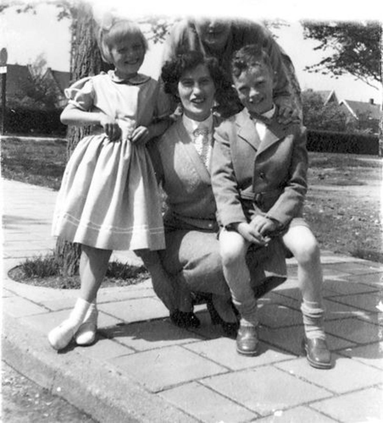 Dam Marijtje J 1930 19__ met Kinderen Beerendonk 03