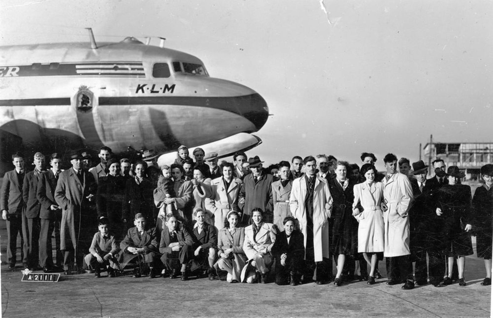 Dam Marijtje J 1930 19__ op Schiphol met broer Piet en Egaas
