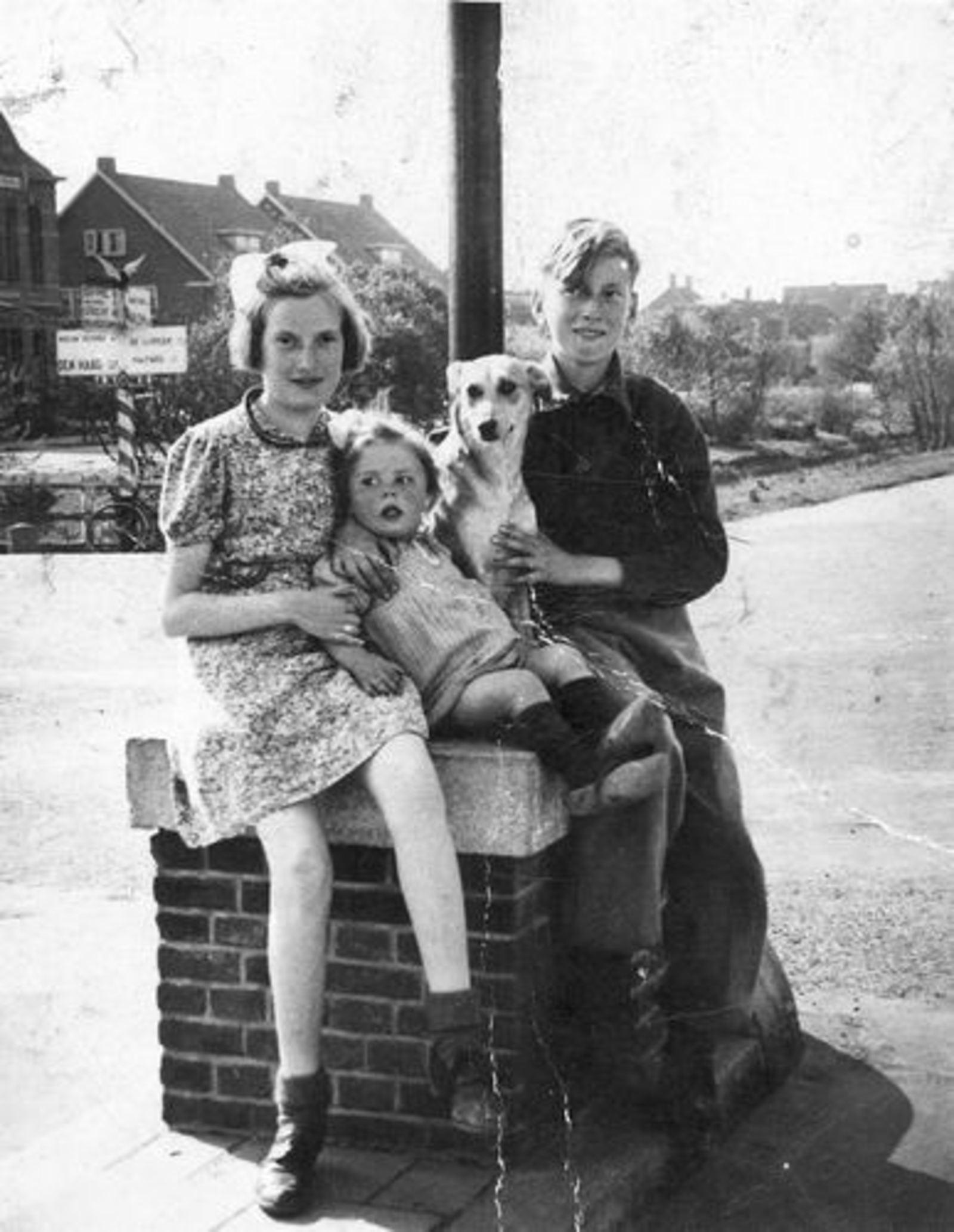 Dam Pieter 1926 1936 met zusters op Hoofdvaartbrug