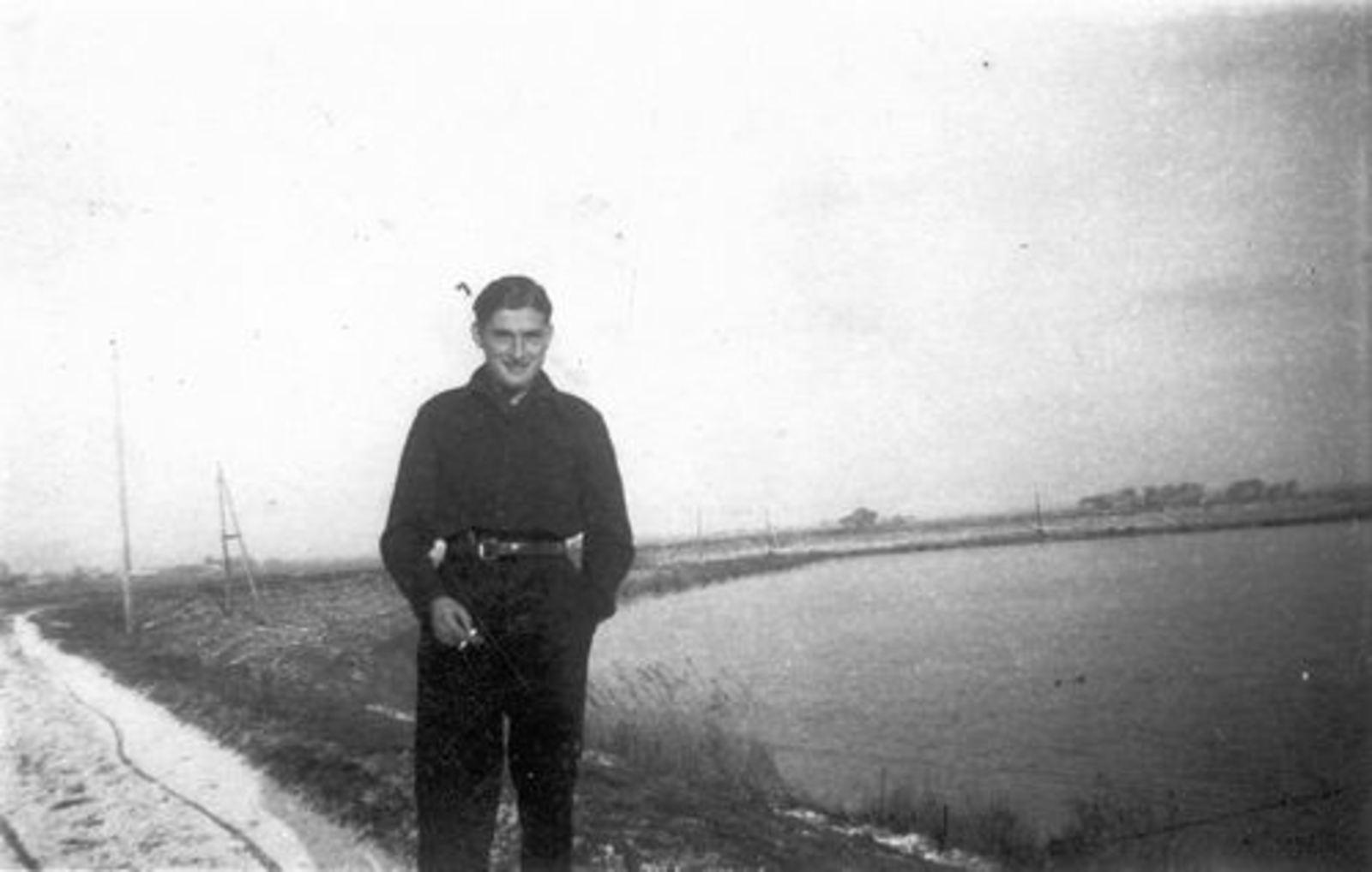 Dam Pieter 1926 19__ Poseert langs Kanaal