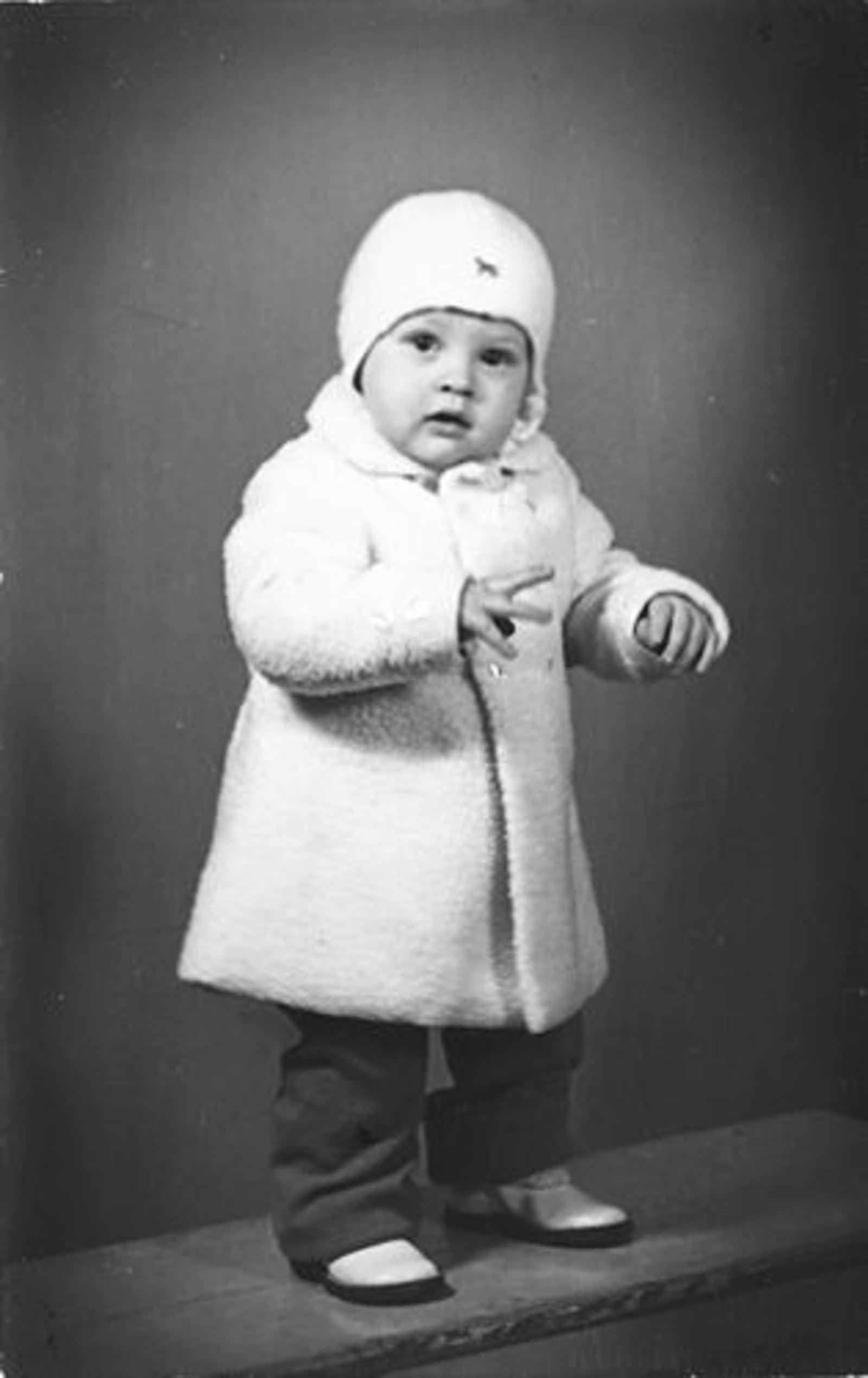 Dam Marijtje J 1930 19__ zoon Anton Beerendonk bij Fotograaf