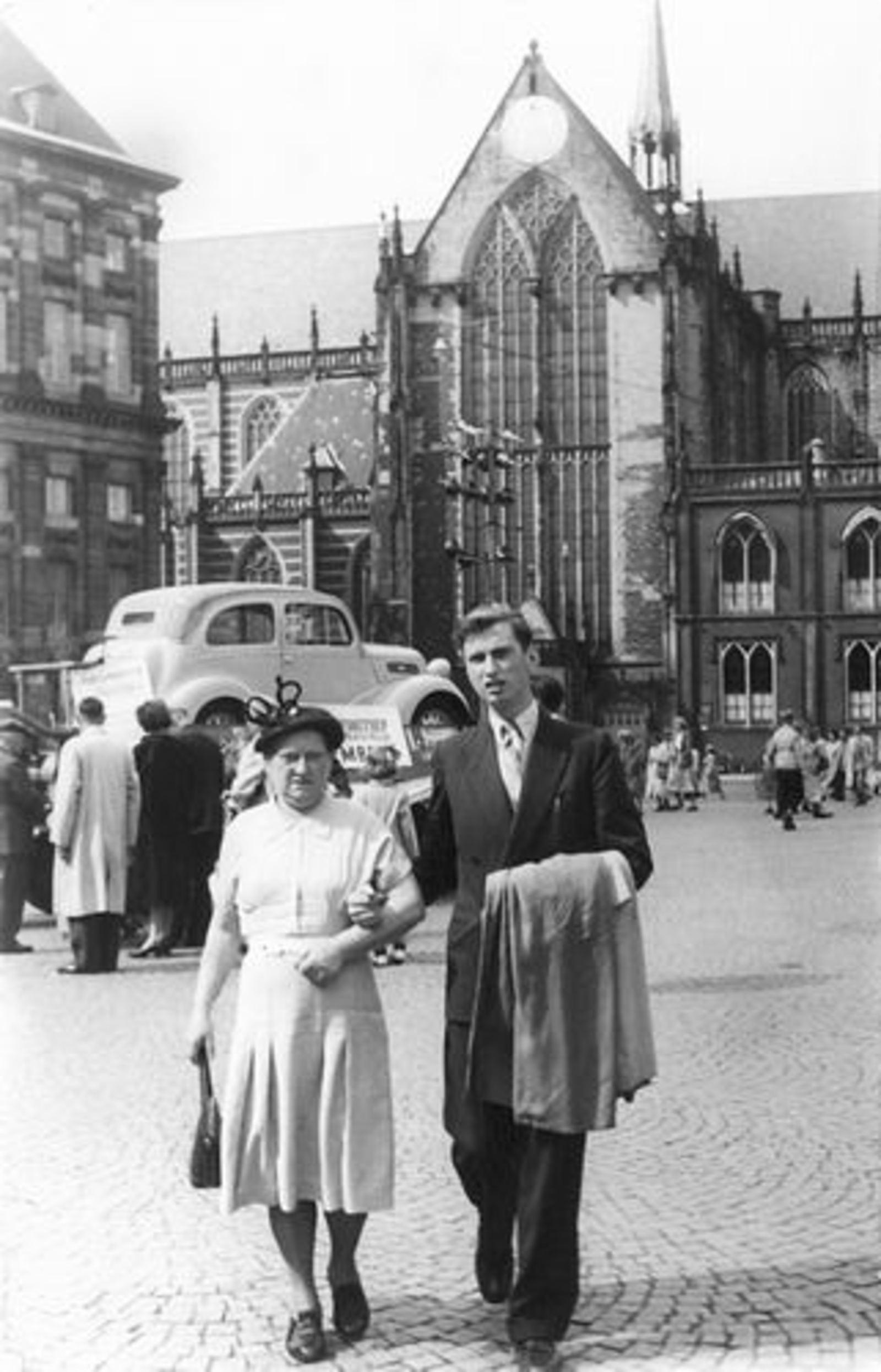 Dam-Stroomer Geertje 1901 1951 in Amsterdam met zoon Cor 01
