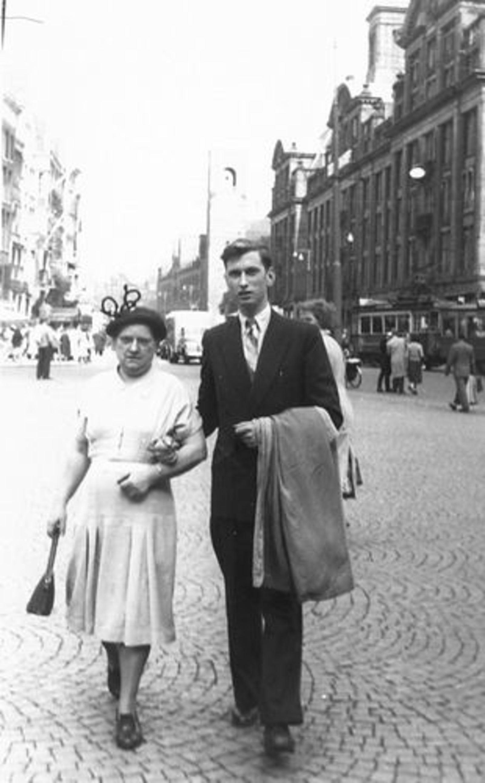 Dam-Stroomer Geertje 1901 1951 in Amsterdam met zoon Cor 02
