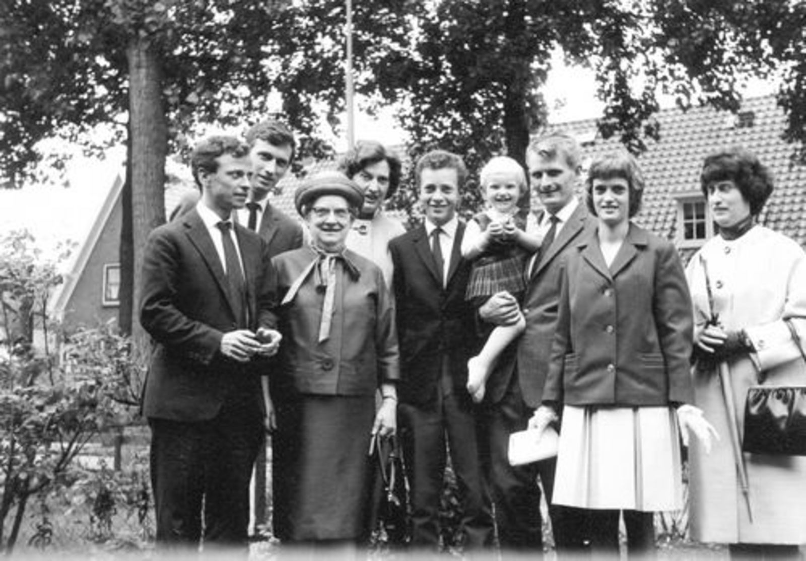 Dam-Stroomer Geertje 1901 1964± met Familie in tuin Stationsweg