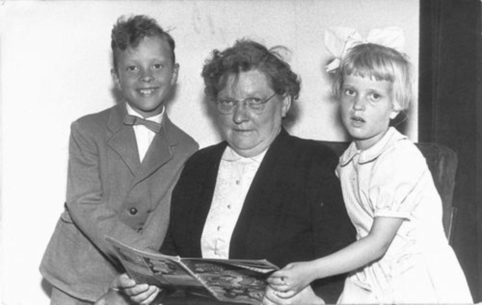 Dam-Stroomer Geertje 1901 19__ met kleinkinderen Beerendonk 01