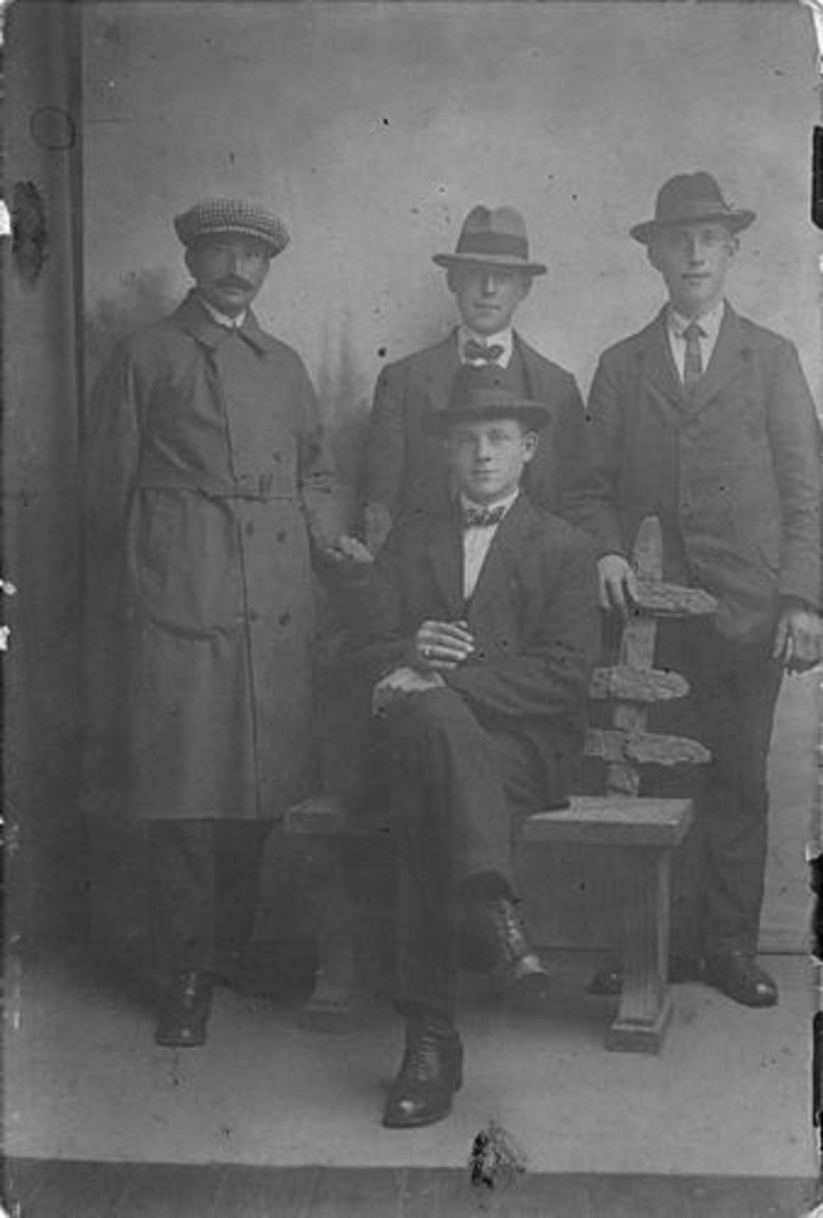 Dam Willem 1890 1923± met Zwagers bij Fotograaf