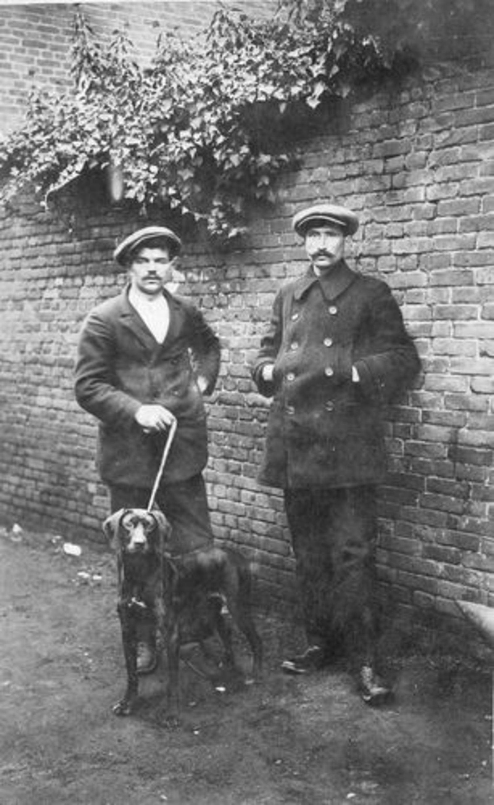 Dam Willem 1890 19__ met Onbekend en Hond