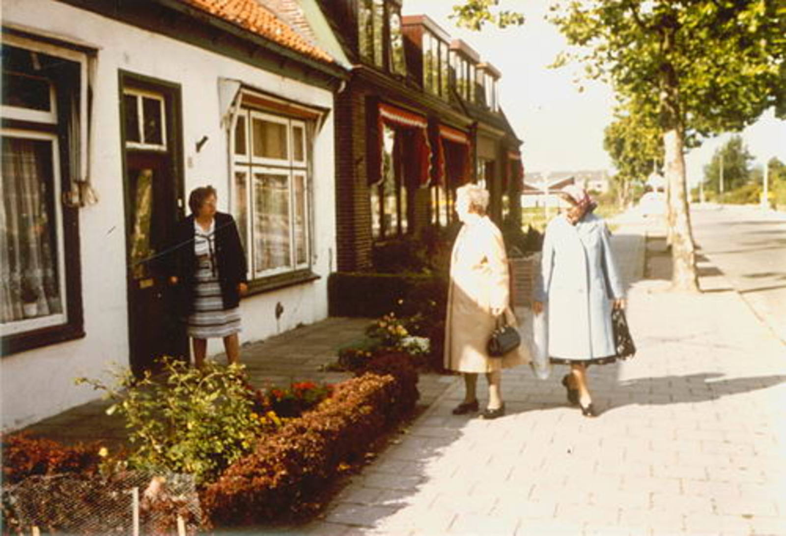Dorpstraat 0006 19__ met Aaf Hoogeboom-Stroomer en Zusters 01