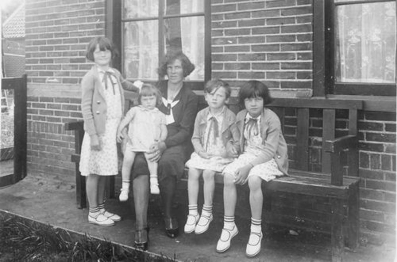 Dorpstraat W 0017 1932± met dochters Dol