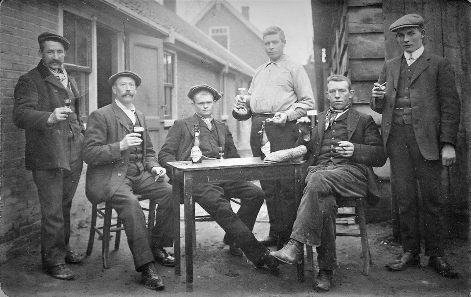 Draverslaan W 0018 1904- Mannen op Terras Cafe Bosman