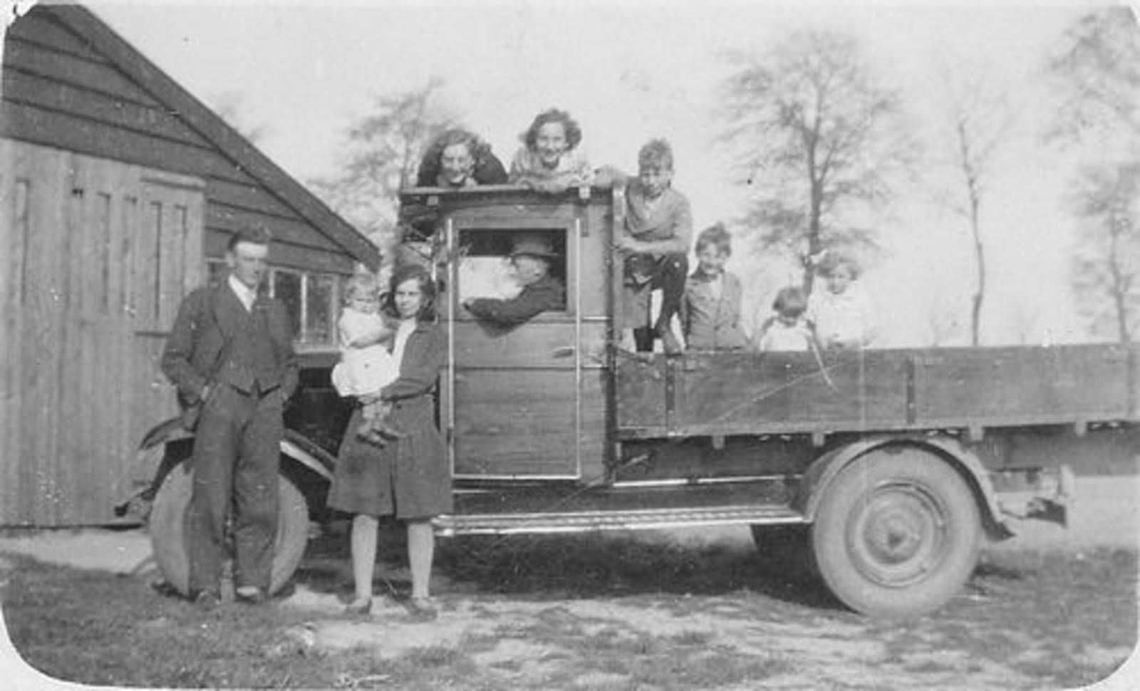 Es Teunis v 1906 1934± met Familie bij Chevrolet Vrachtauto 02