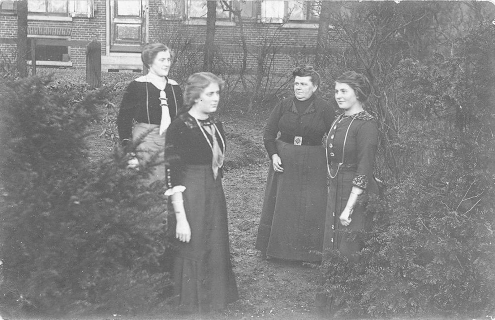 Eversen - Biesheuvel Antje 1866 19__ in Tuin met dochters Eversen