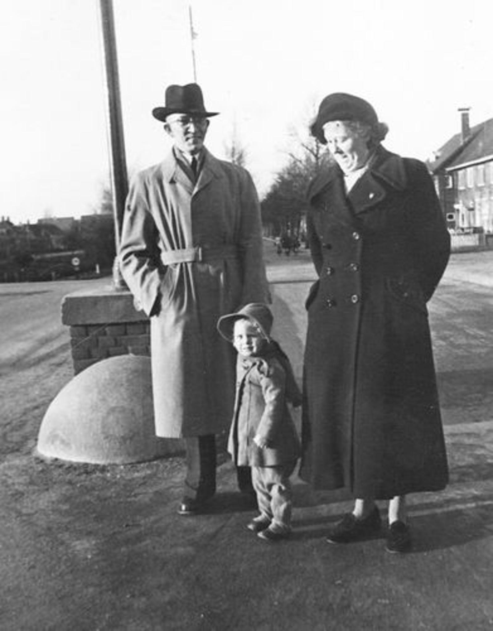 Floor Johannes 1950± met vrouw en dochter Riet op Hoofdvaartbrug