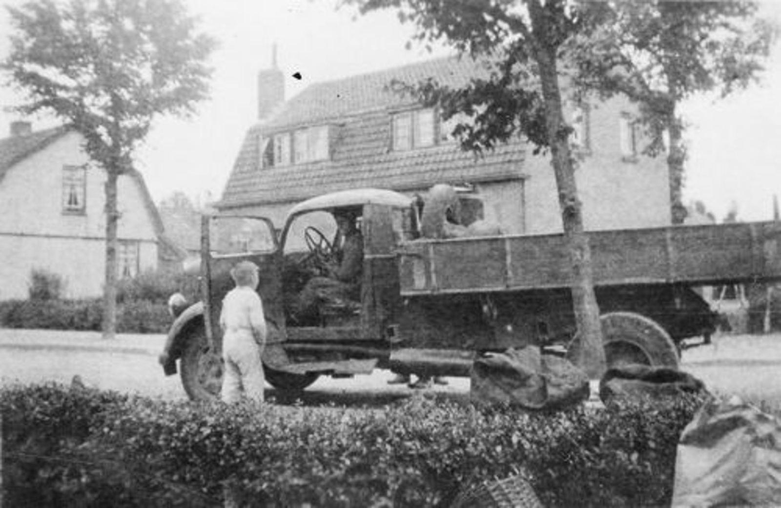 Fortweg O 0028-30 1945± met Fons Koolbergen op Vrachtwagen