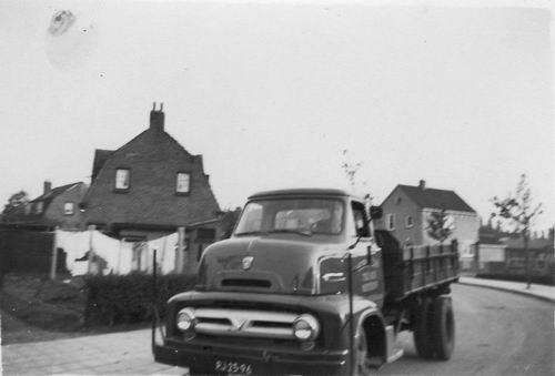 Fortweg O 0032 1956+ met Fons Koolbergen op Vrachtwagen