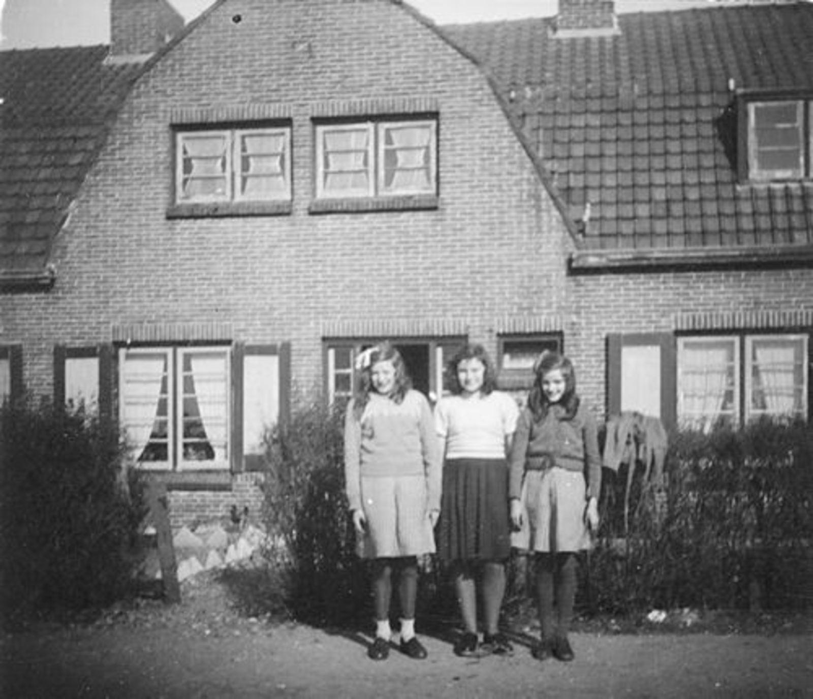 Fortweg O 0034 1947 met dames Lauret en Koeckhoven 02