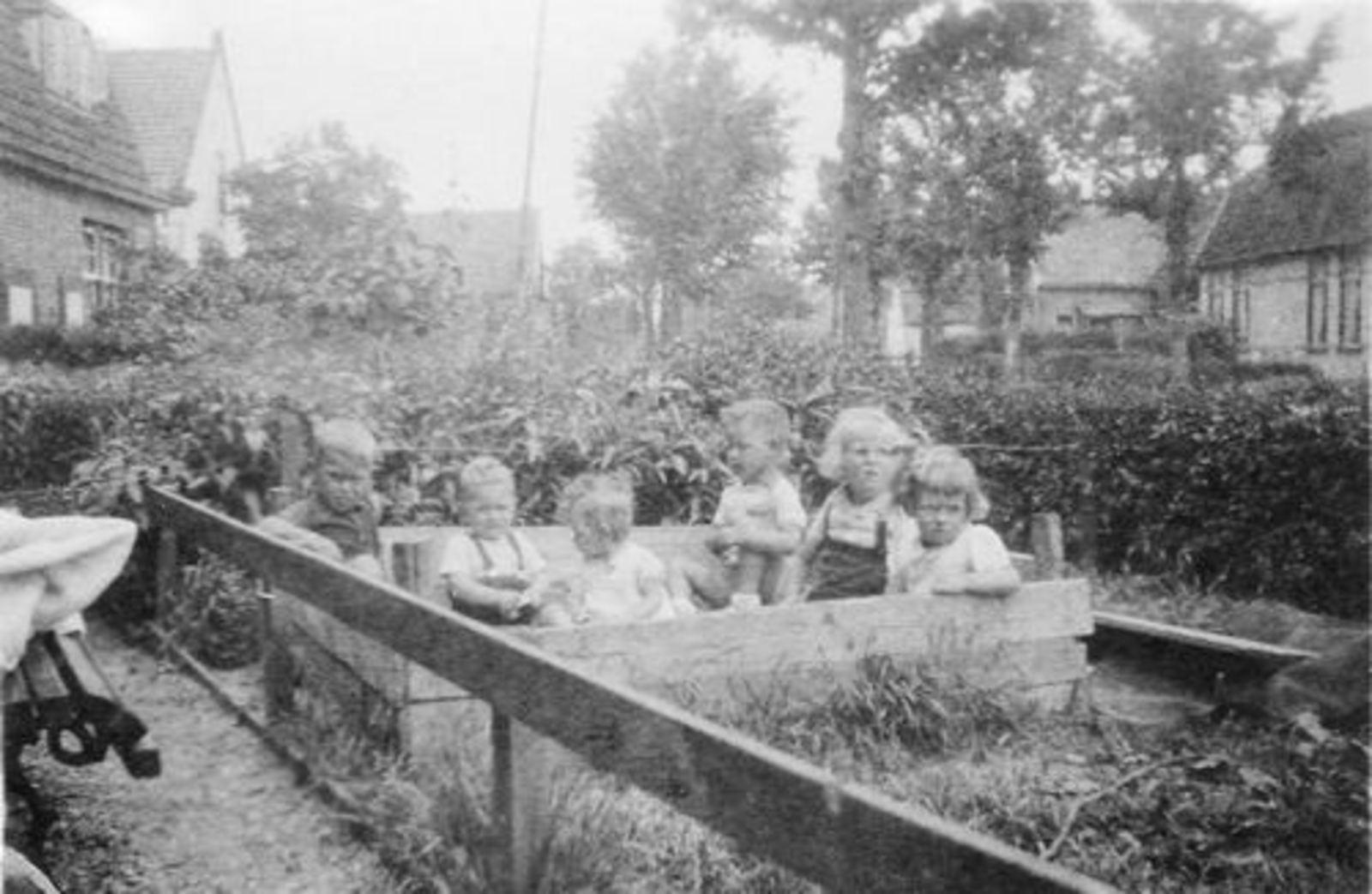 Fortweg W 0039 1944± Huize Koolbergen met Kinderen in Zandbak 01