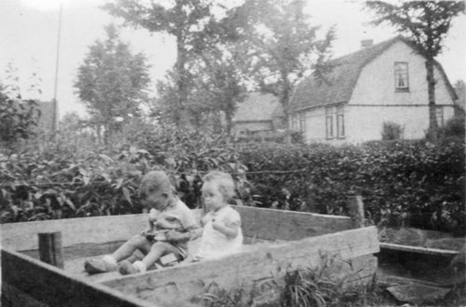 Fortweg W 0039 1944± Huize Koolbergen met Kinderen in Zandbak 02