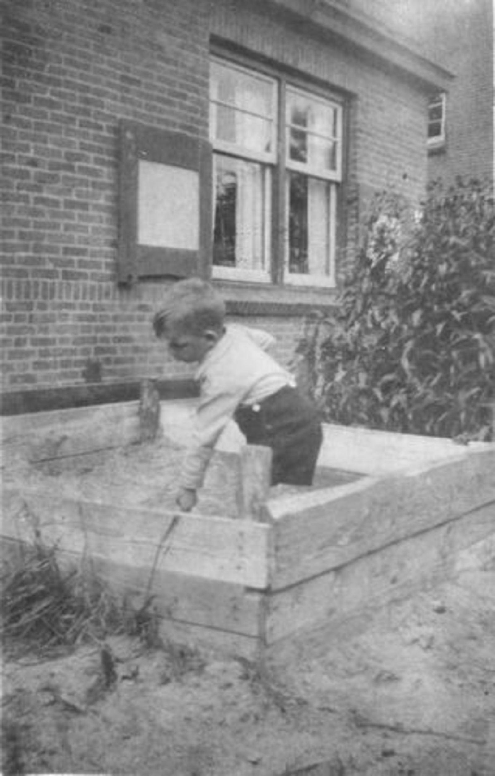 Fortweg W 0039 1944± Huize Koolbergen met Kinderen in Zandbak 03