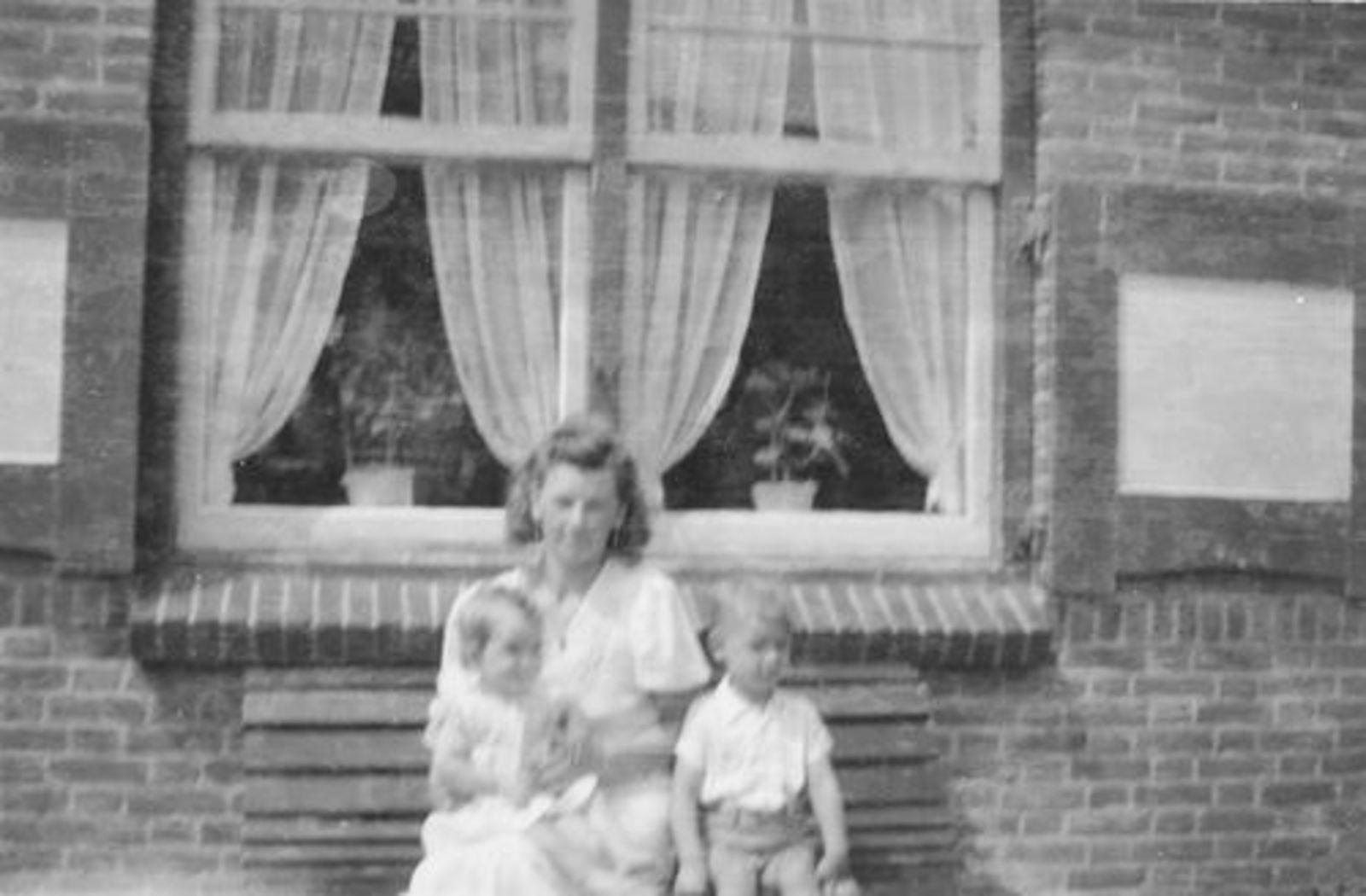 Fortweg W 0039 1944± met Gezin Koolbergen voor het Huis 02