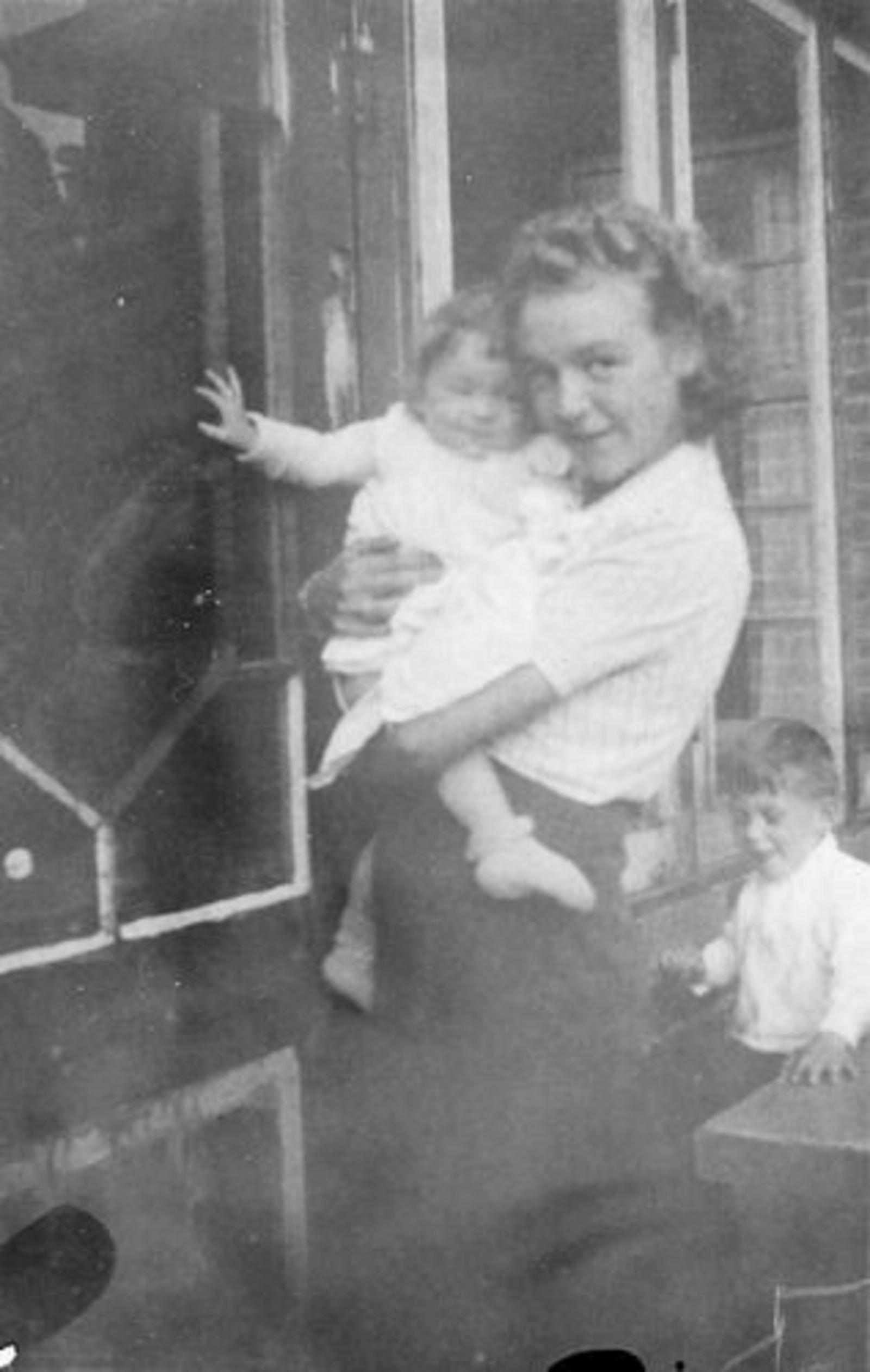 Fortweg W 0039 1944± met kinderen Koolbergen en tante Loes Stiekema 02