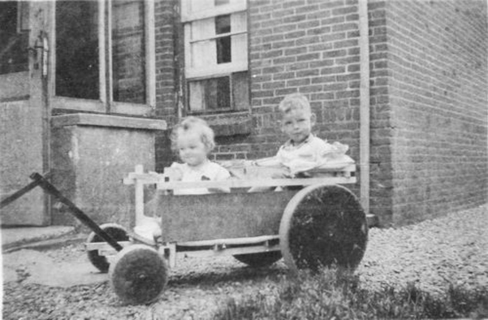 Fortweg W 0039 1944± met Kinderen Koolbergen in Bolderwagen 01