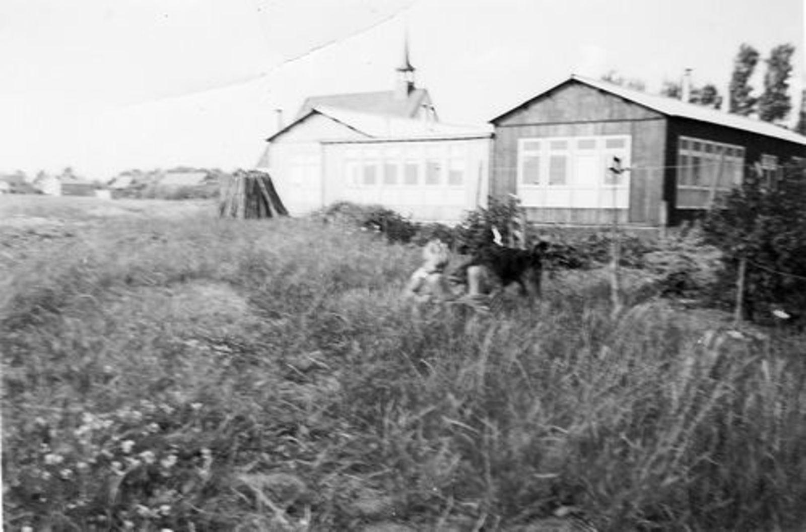 Fortweg W 0039 1952± achter in Tuin met Schutsehokken 02