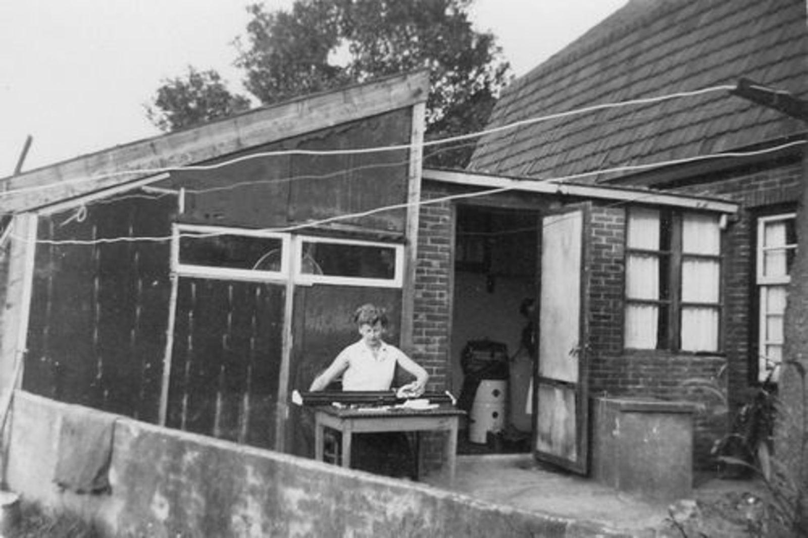 Fortweg W 0039 1955± met moeder Tinie Koolbergen achter Breimachine