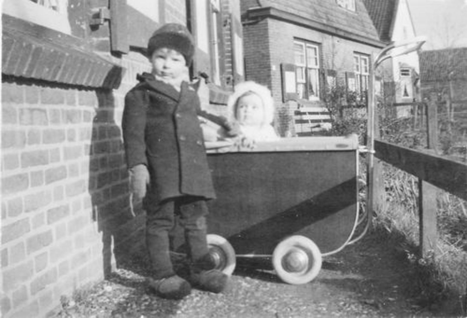 Fortweg W 0039- 1944± met Aad en Ellie Koolbergen voor het Huis 02