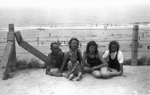 Galis Jan 1907 19__ met familie op Strand 04
