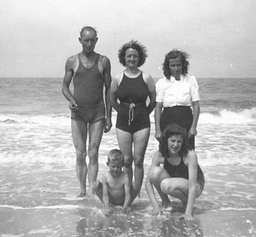 Galis Jan 1907 19__ met familie op Strand 06