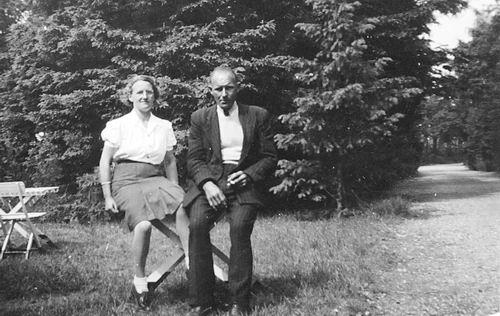 Galis Jan 1907 19__ met vrouw Lena op Stap